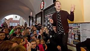 Slza vyvolala v Českých Budějovicích davové šílenství
