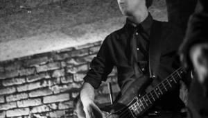 Adrian T. Bell hrál v Café V lese jako doma v obýváku