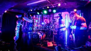 Dymytry mají za sebou 100 koncertů, rozdávali dárky a pozvali malého metalistu na pódium