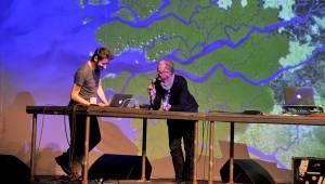 Scéna na jeviště, hlediště místo parketu - Arovane a Hior Chronik hráli v Praze