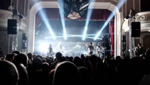 Hra zrcadel, diskokoule a kočičí mejdan: Mandrage zahájili turné v Plzni