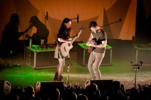 Mexické kytarové duo Rodrigo y Gabriela zaplnilo pražskou Archu energií