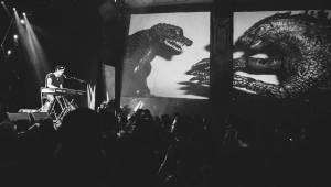 Patrick Wolf jako zpívající Godzilla v Roxy