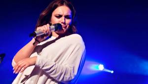 Ewa Farna, Nebe a Support Lesbiens v Mostě: poprockové hity, Adele i taneční vložka