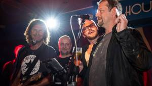 Burma Jones s Jaro Smejkalem křtili nový singl, přišel i Martin Stránský