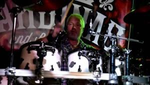 Kytarista Eric Sardinas v Praze sotva stál na pódiu, situaci zachraňovala kapela