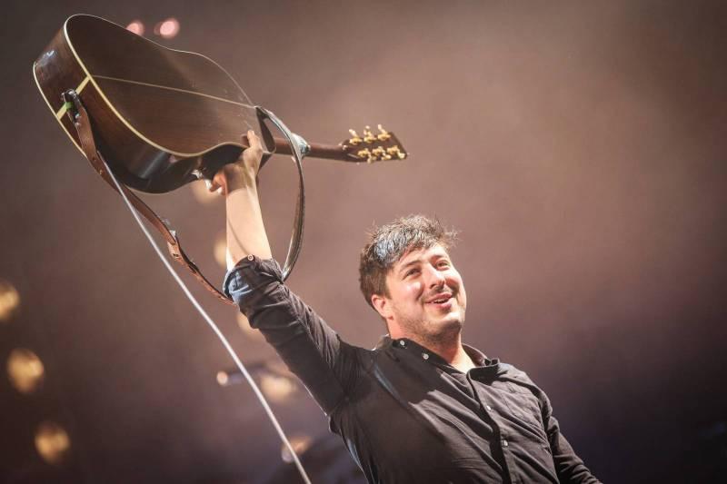 Mumford & Sons v Praze: Marcus Mumford prošel celou arénou, energický folkrock rozpumpoval halu