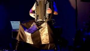 Kimmo Pohjonen Skin, zvaný Jimi Hendrix akordeonu, vystoupil v Praze se svými dcerami