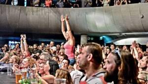 Trička létala vzduchem! J.A.R. svlékli brněnský akustický chrám