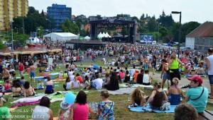 Vysmáté léto v Kadani: I přes déšt si publikum užilo Chinaski, Kryštof i Tři sestry