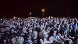V Holýšově odstartoval ďábelský mejdan. Festival Pekelný ostrov vítá Rybičky 48 nebo Chinaski