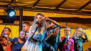 Olga Lounová navštívila rodný sever. Přivezla očekávané, ale i experimenty v podobě metalu
