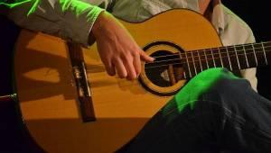 Master Guitar: Jak zní metalové a rockové hity zahrané na akustické kytary?
