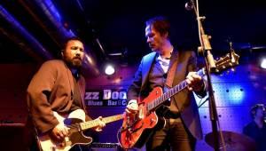 Hugo Race uvrhl zaplněný Jazz Dock do temnoty