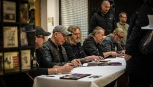 Kabát podepisoval fanouškům speciální box se čtyřmi nosiči