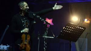Čechomor v předvánočním Foru Karlín pomáhal psím kamarádům, hrál čínskou lidovku i Montiho čardáš