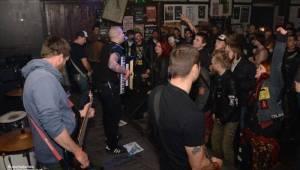 První den Čírofestu v Modré vopici: pivo, punk a pogo