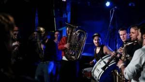 Circus Brothers a Oranžáda roztančili Rock Café balkánskou dechovkou