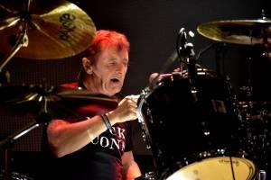Bývalý bubeník AC/DC Phil Rudd řádil v Praze, kde zahájil své české turné