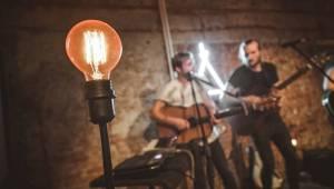 Thom Artway v Praze nahrával bzučící diváky, teepee pokřtili nové EP Mirrors