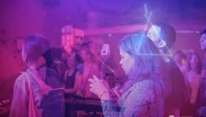 Emma Smetana, teepee a Emozpěv obstarali povedený večírek v Plzni