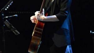 Suzanne Vega očarovala pražskou Archu jen hlasem a dvěma kytarami
