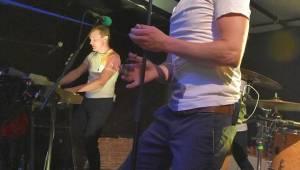 Tata Bojs hráli v plzeňském Zach's Pubu, Milan Cais se stal na chvíli pavoučím mužem