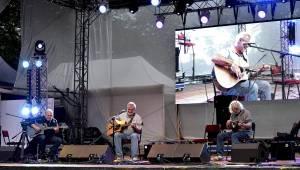 Festival Krásný ztráty se druhý den potýkal s počasím, na pódiu se střídali Visací zámek nebo Kamil Střihavka