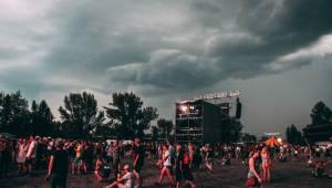 Finálový den Colours of Ostrava byl ve znamení deště, s Jamiroquai na něj ale všichni zapomněli