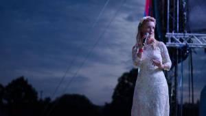 Hrady CZ: Zimní královna Lucie Bílá si s Arakainem podmanila Rožmberk, hráli i Visací zámek nebo Rybičky 48