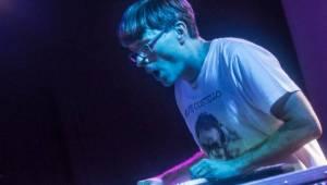 Adrian T. Bell odehrál na Cargo Gallery poslední letošní koncert v Praze