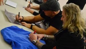 Kabát se před startem turné podepsal fanouškům v Chomutově