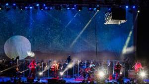 Zrní křtili desku Jiskřící v zaplněném Foru Karlín s hradeckou filharmonií
