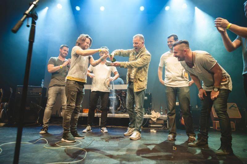 Skupina Hodiny představila v Akropoli nové EP S tebou, Richard Krajčo ho pokřtil přesýpacími hodinami