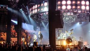 Kabát se v rámci turné zastavil v Plzni, na zimním stadionu servíroval rockové hity