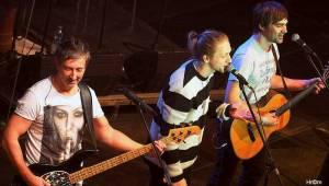 Mňága a Žďorp slavila třicetiny ve Foru Karlín: Fanoušci zpívali s kapelou na pódiu, přišli i Tomáš Klus nebo Mucha