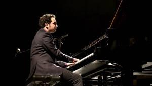 Izraelský kontrabasista Avishai Cohen zvedl ze židlí Forum Karlín