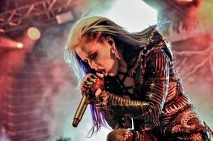 Arch Enemy a jejich hosté svojí deathmetalovou náloží narušili statiku Fóra Karlín