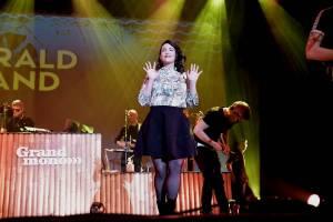 Caro Emerald proměnila Forum Karlín ve swingovou tančírnu