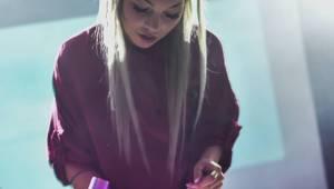 Naděje domácí scény Giudi představila v Mono Fono nový klip, ve kterém se mění v robota
