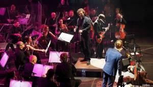 Tomáš Klus v Olomouci obul boty a nasadil motýlka, poté zahrál s filharmonií