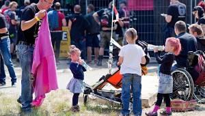 Třem sestrám popřáli na Braníku ke Kristovým letům i britští Toy Dolls