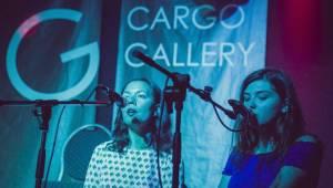 Cargo Gallery na Náplavce obsadila trojice písničkářů. Zazářil Adrian T. Bell, předvedli se i Niceland a Jump!