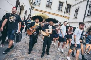 Klub Chapeau Rouge slavil 99. narozeniny v punkovém stylu, koncertu Visacího zámku předcházel průvod