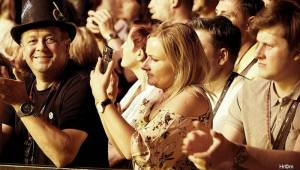 MFF Karlovy Vary odstartoval: Tim Robbins převzal Křišťálový glóbus, orchestr připomněl Miloše Formana