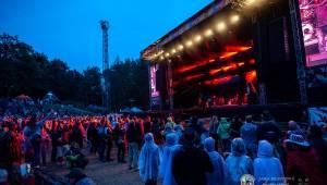 Létofest pokračuje v Plzni: První den odráželi nápor deště Chinaski, Mig 21 i BSP