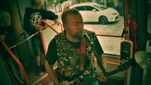 Plzní jezdila punková tramvaj: S.A.S. hráli pro nemocnou Kačenku