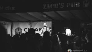 Pokáč vyprodal Zach's Pub v Plzni. Mezi písničkami vyprávěl vtipné historky