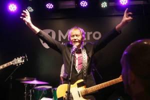 Legendární rocker Ivan Král dostal v brněnském Metru od fanynky podprsenku