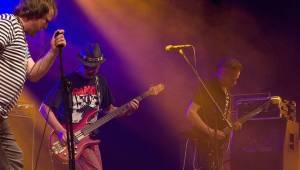 Plexis přivezl do Plzně punkovou energii i album Kašpar v nesnázích. Předskakovala Zvlášňý škola